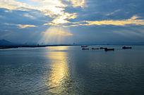 浩瀚的蓝天大海渔船风景图片