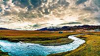 日出下的河流