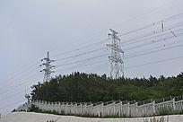 围墙和高压电线塔