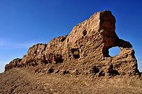 一段残破古朴的土城墙