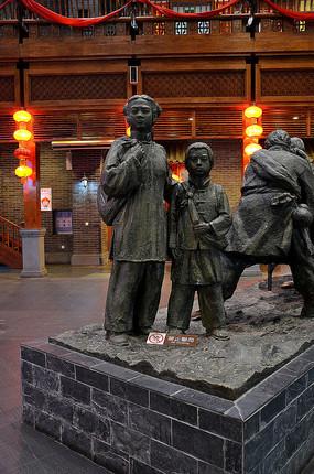 闯关东人物雕像