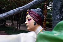 老妇人戏曲雕塑