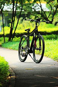 绿色背景山地自行车高清图片