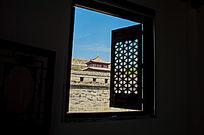 窗户外的关中建筑