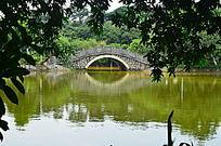 湖上石拱桥山水风景图片