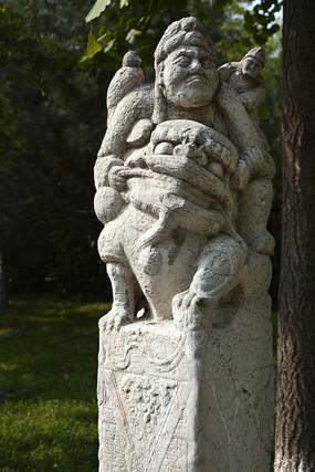 骑狮人物石雕