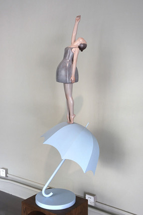伞上的女孩雕塑