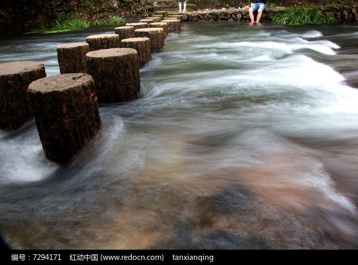 小溪上的木桩桥