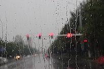 下雨天朦胧的红绿灯