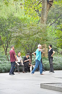 在公园里跳舞