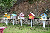 爱丽丝庄园木屋旁的信箱邮箱