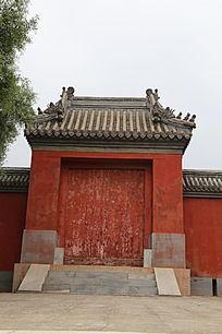 传统寺庙琉璃瓦大门