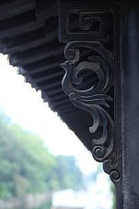 仿古屋檐下的凤凰雕刻图案