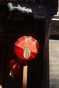 古建筑门口的红灯笼
