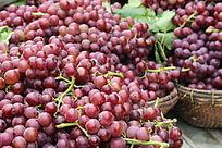 篮子里的紫皮葡萄
