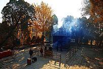 青烟缭绕的庙宇殿前香炉