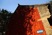 树影婆娑的古建筑外墙