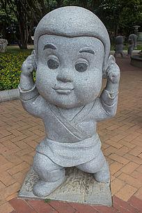 捂耳朵小孩雕刻