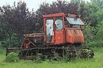 搁置在草地上的闲置怀旧推土机