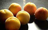 光照下的大黄杏