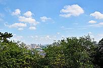 蓝天白云下的昆山城市建筑图片素材