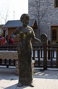 七贤民俗村街道雕塑手鼓演奏女
