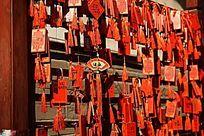 寺庙门前悬挂的祈福木牌