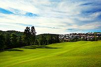 蓝天白云下的高尔夫球场