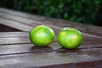 两个绿色桔子细节图