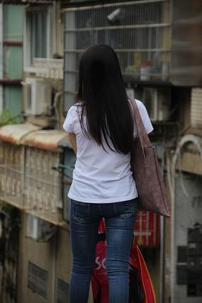逛街女生的背影