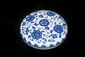 蓝色花卉纹青花瓷罐