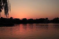 夕阳落下的后海景色
