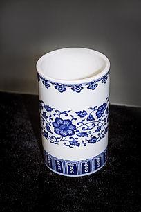 一个花卉纹青花笔筒