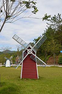 草地上红色荷兰风车