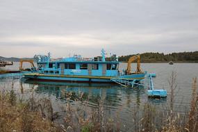 河流上的蓝色作业船