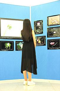 看展览的女生背影