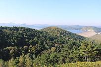 群山与群山环绕的水库