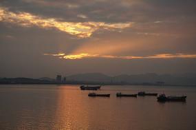 大海渔船晚霞风光图片