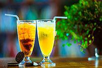 两杯黄色的饮料