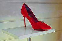 一个红色高跟鞋
