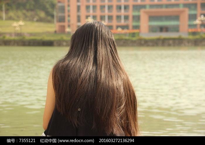 长发女生背影图片