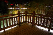 河边木质围栏