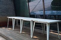 墙边下的长条桌子