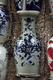 嵌在墙上的青花图瓷瓶