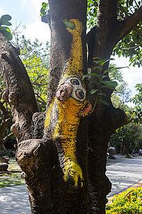 树干卡通猴绘画