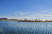 鞍山高新区河湾与树木白云蓝天