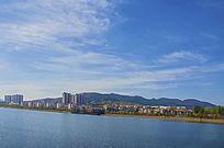鞍山玉峦湾居民区与湖水蓝天白云