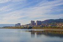 鞍山玉峦湾住宅区与湖水白云蓝天