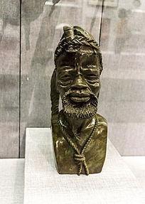 黑色石雕人头像
