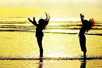 少女沐浴在海边的晨光中
